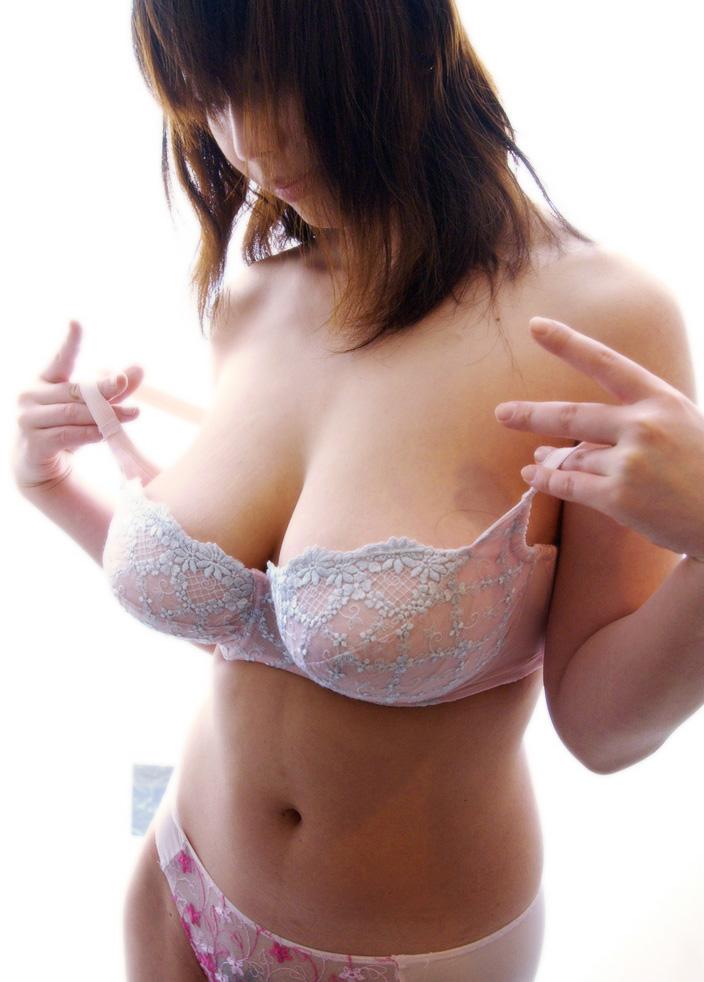 【巨乳画像】大きなブラを着けても収まりきらない巨乳画像www 16