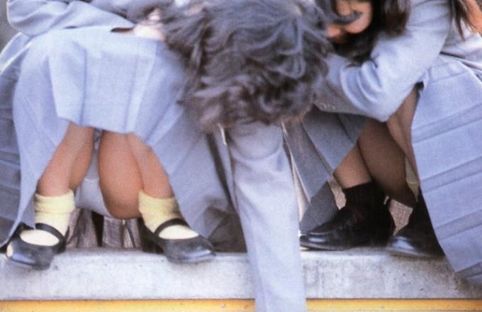 【JKパンチラ画像】ほぼパンモロ状態www座り込んだJKのはしたない股間が見放題 04