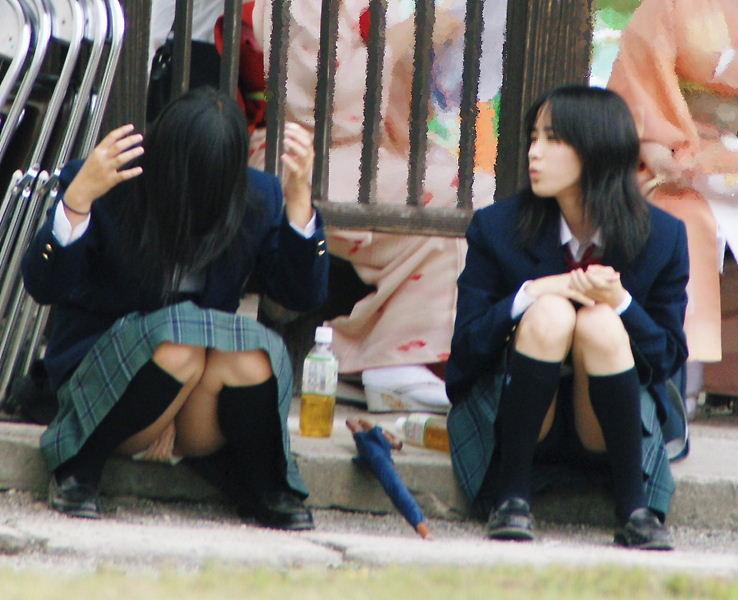 【JKパンチラ画像】ほぼパンモロ状態www座り込んだJKのはしたない股間が見放題 07