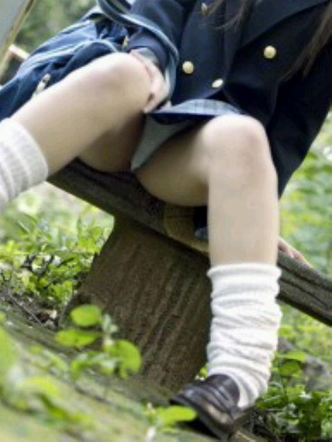 【JKパンチラ画像】ほぼパンモロ状態www座り込んだJKのはしたない股間が見放題 12