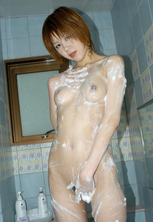 【エロ画像】隠れきってないのがそそるwww洗体中の泡まみれな裸体 03
