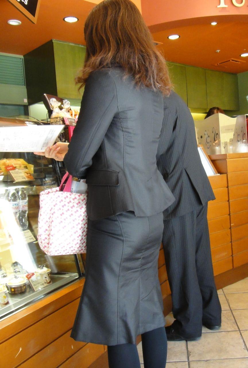 【街撮りOL画像】思わず追跡したwwwタイトスカートに包まれたムチムチ尻 01