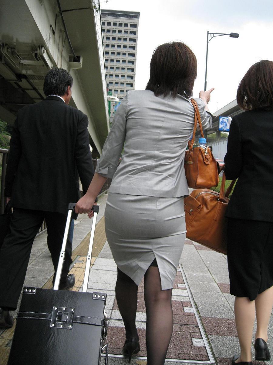 【街撮りOL画像】思わず追跡したwwwタイトスカートに包まれたムチムチ尻 11