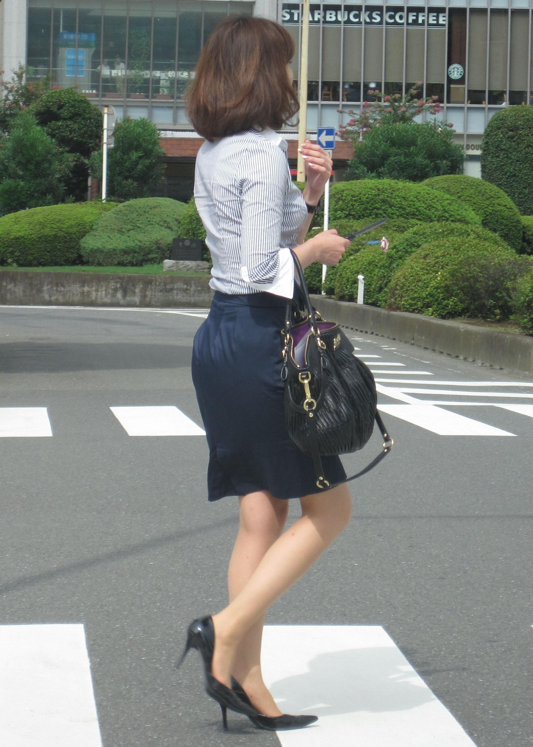 【街撮りOL画像】思わず追跡したwwwタイトスカートに包まれたムチムチ尻 14