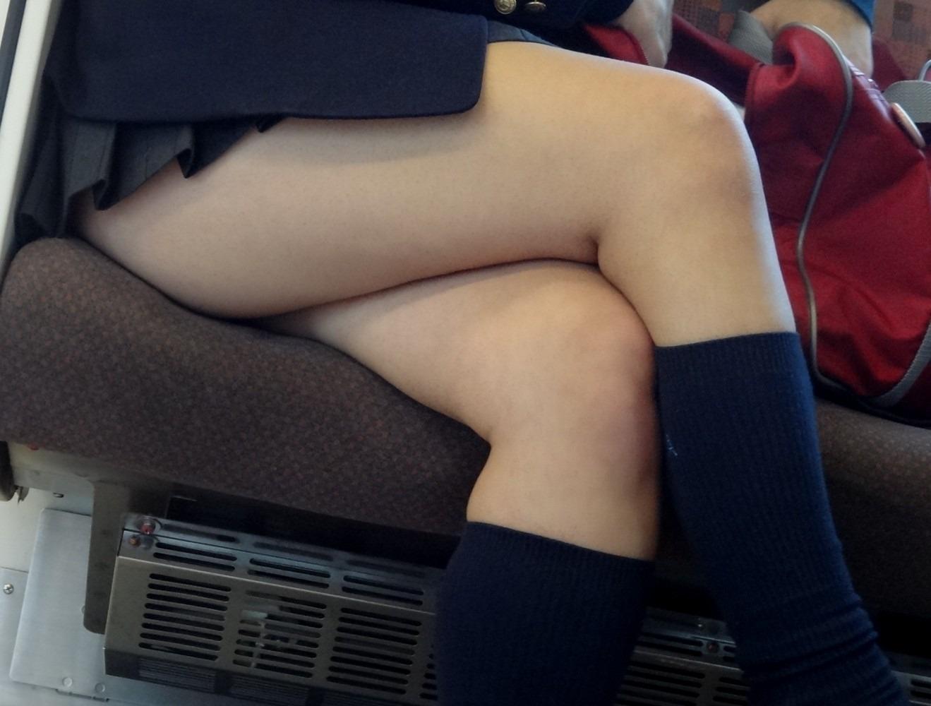 【JK画像】電車内でお座り中のJKたちのムチムチ太股をこっそり激写 07