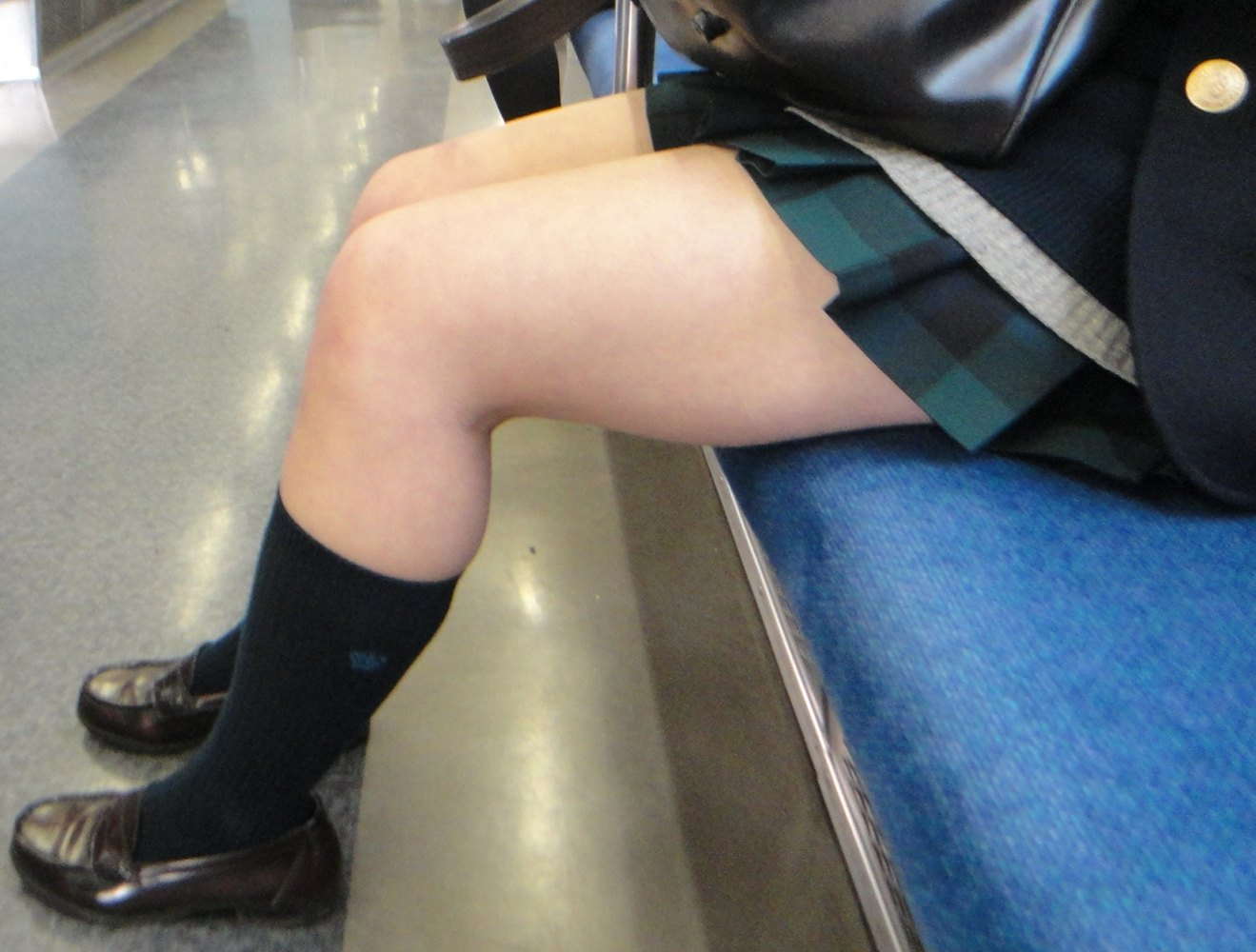 【JK画像】電車内でお座り中のJKたちのムチムチ太股をこっそり激写 08