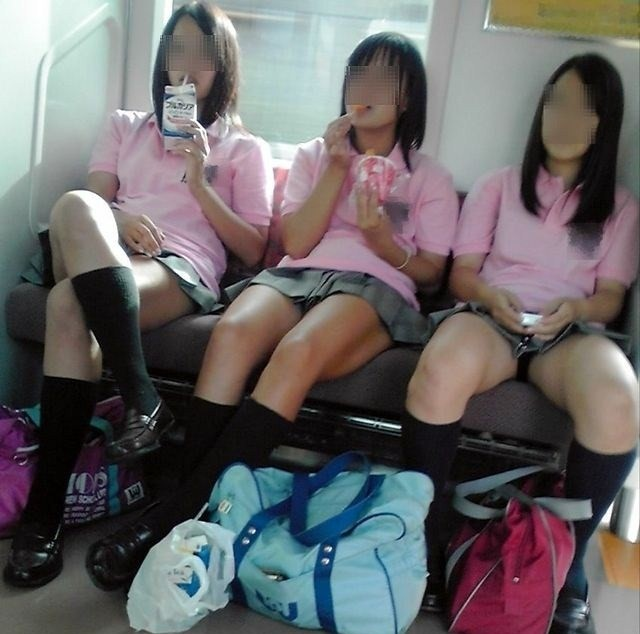 【JK画像】電車内でお座り中のJKたちのムチムチ太股をこっそり激写 09