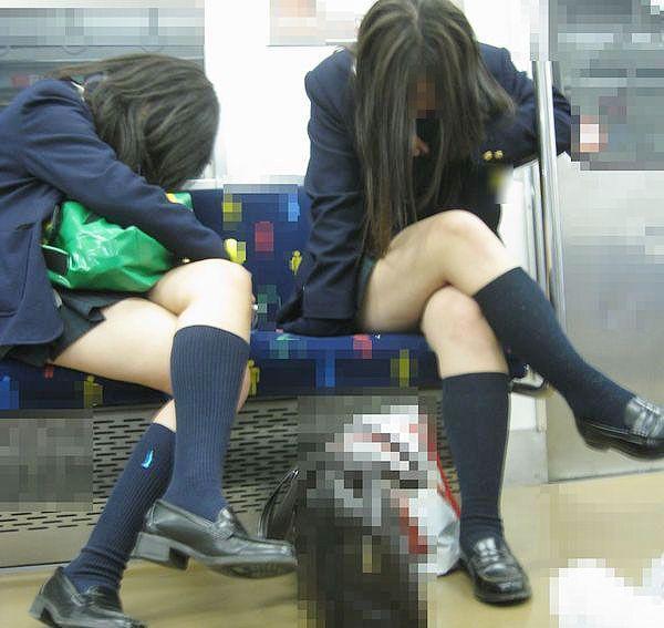 【JK画像】電車内でお座り中のJKたちのムチムチ太股をこっそり激写 11
