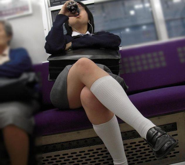 【JK画像】電車内でお座り中のJKたちのムチムチ太股をこっそり激写 12