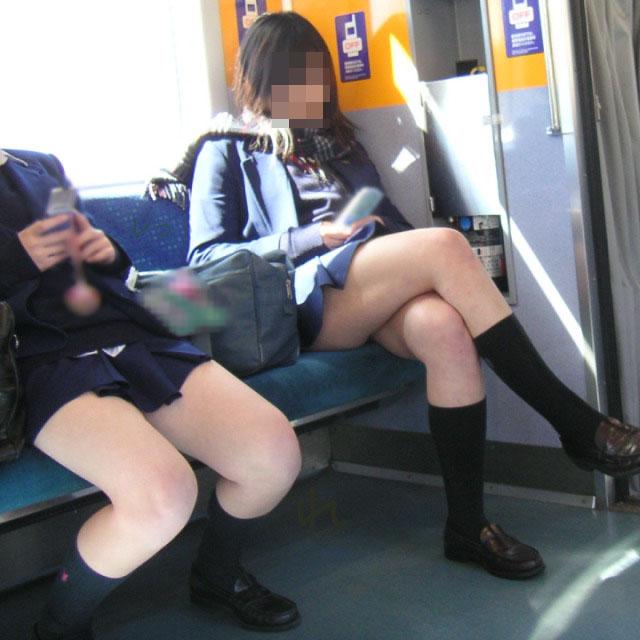 【JK画像】電車内でお座り中のJKたちのムチムチ太股をこっそり激写 16