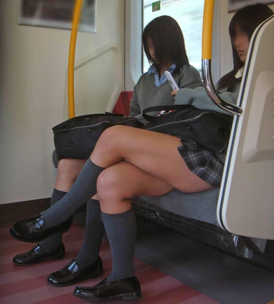 【JK画像】電車内でお座り中のJKたちのムチムチ太股をこっそり激写 20