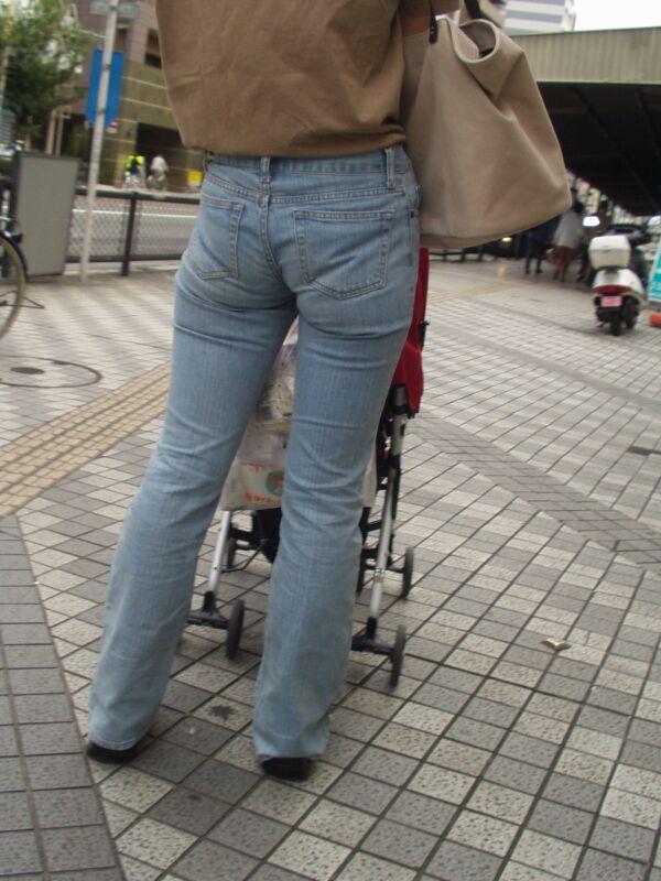【街撮り尻画像】重量感までわかりそうwwwデニム纏ったムッチリ尻撮り 03