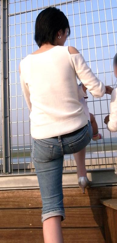 【街撮り尻画像】重量感までわかりそうwwwデニム纏ったムッチリ尻撮り 06
