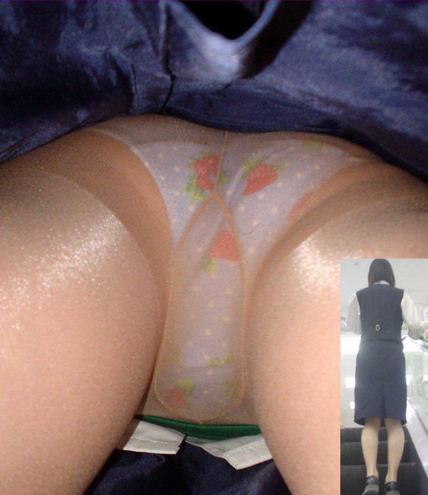 【パンチラ逆さ撮り】ムレてますwww勤務中の店員さんのスカートの中を暴く 14