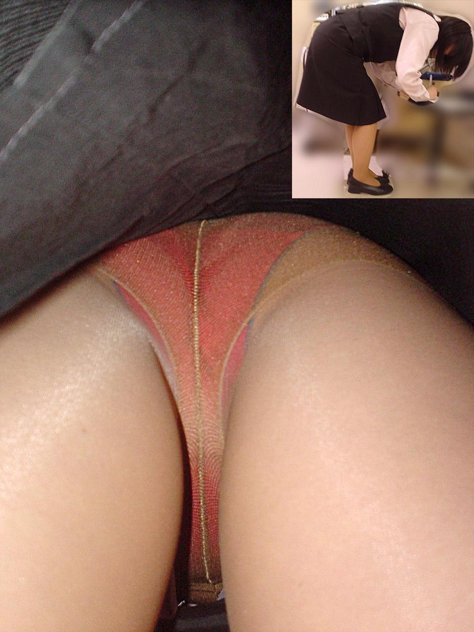 【パンチラ逆さ撮り】ムレてますwww勤務中の店員さんのスカートの中を暴く 17
