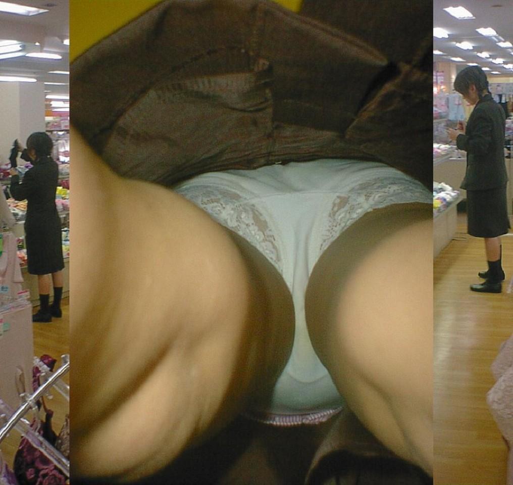 【パンチラ逆さ撮り】ムレてますwww勤務中の店員さんのスカートの中を暴く 18