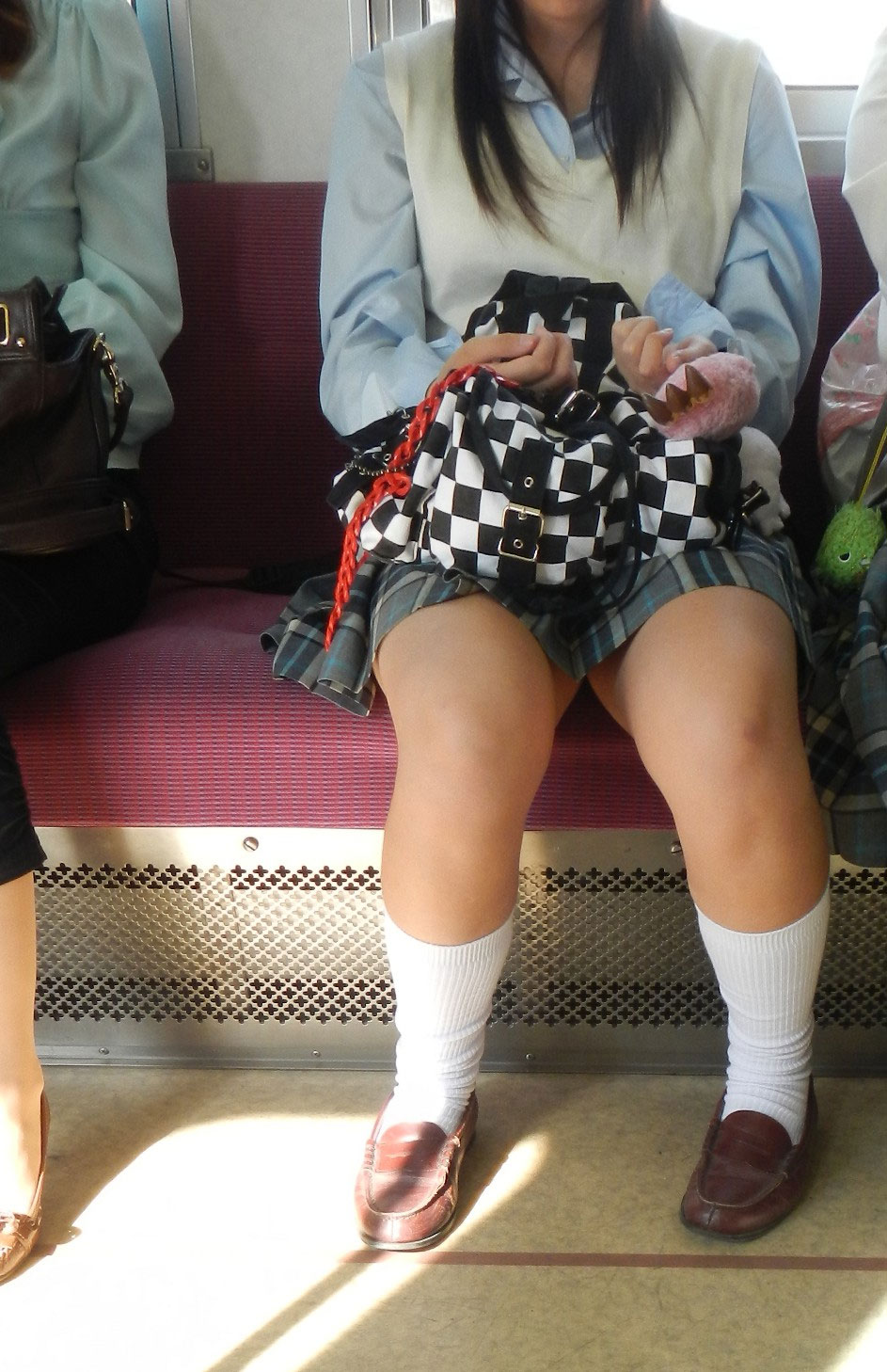 【JK太股画像】程よく太めでおいしそーなJKの剥き出し太股を電車で激撮! 04