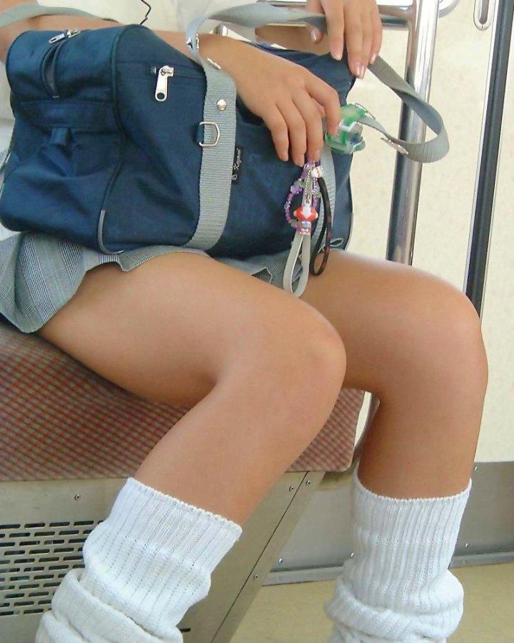 【JK太股画像】程よく太めでおいしそーなJKの剥き出し太股を電車で激撮! 06