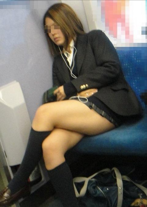 【JK太股画像】程よく太めでおいしそーなJKの剥き出し太股を電車で激撮! 11