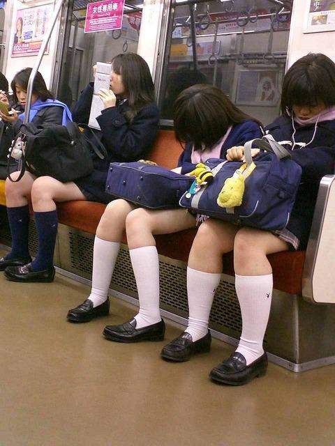 【JK太股画像】程よく太めでおいしそーなJKの剥き出し太股を電車で激撮! 13
