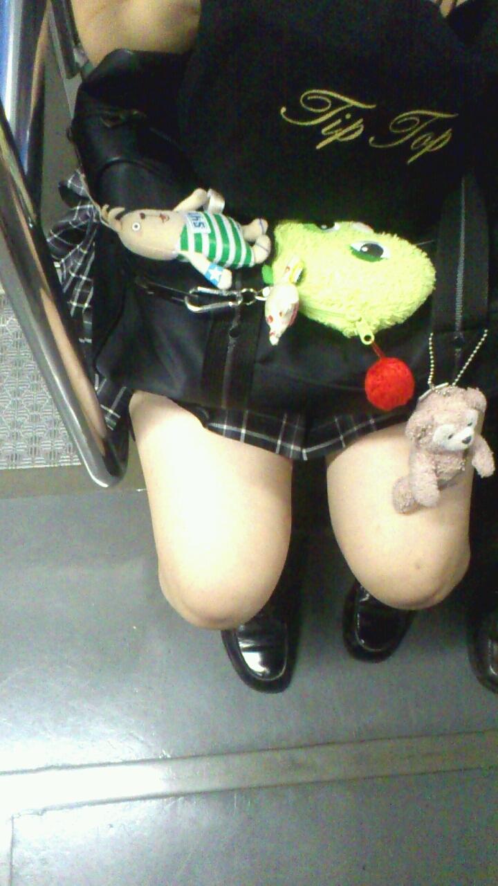 【JK太股画像】程よく太めでおいしそーなJKの剥き出し太股を電車で激撮! 14