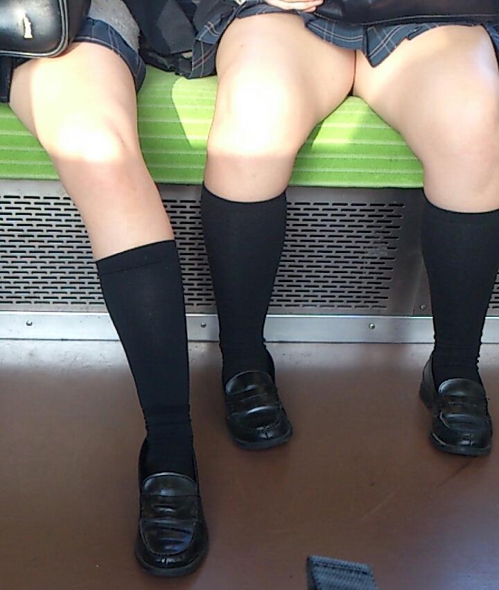【JK太股画像】程よく太めでおいしそーなJKの剥き出し太股を電車で激撮! 15