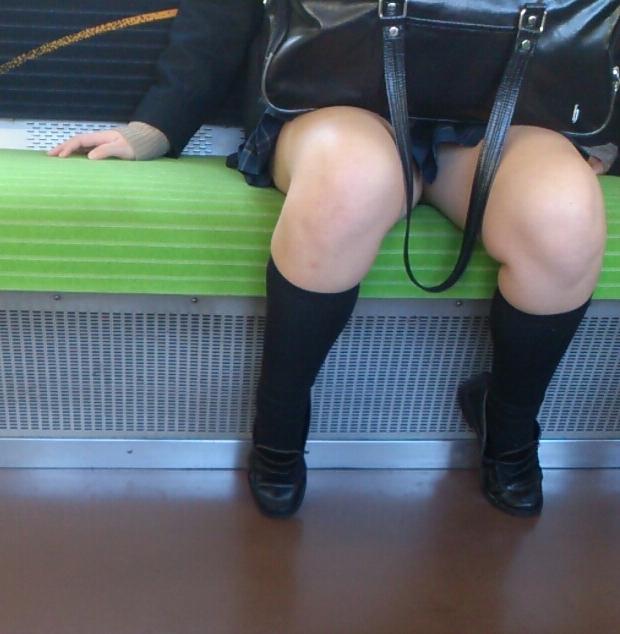 【JK太股画像】程よく太めでおいしそーなJKの剥き出し太股を電車で激撮! 16