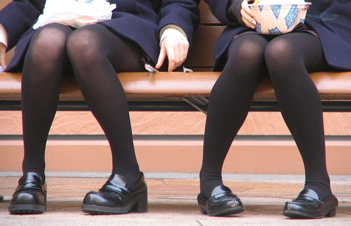 【JK街撮り】生脚透けさせてるのがたまらないwww黒スト着用JK画像
