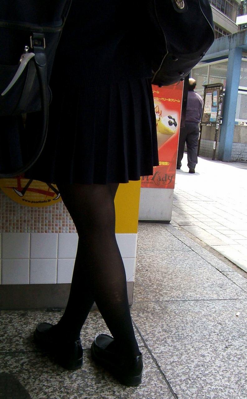 【JK街撮り】生脚透けさせてるのがたまらないwww黒スト着用JK画像 03