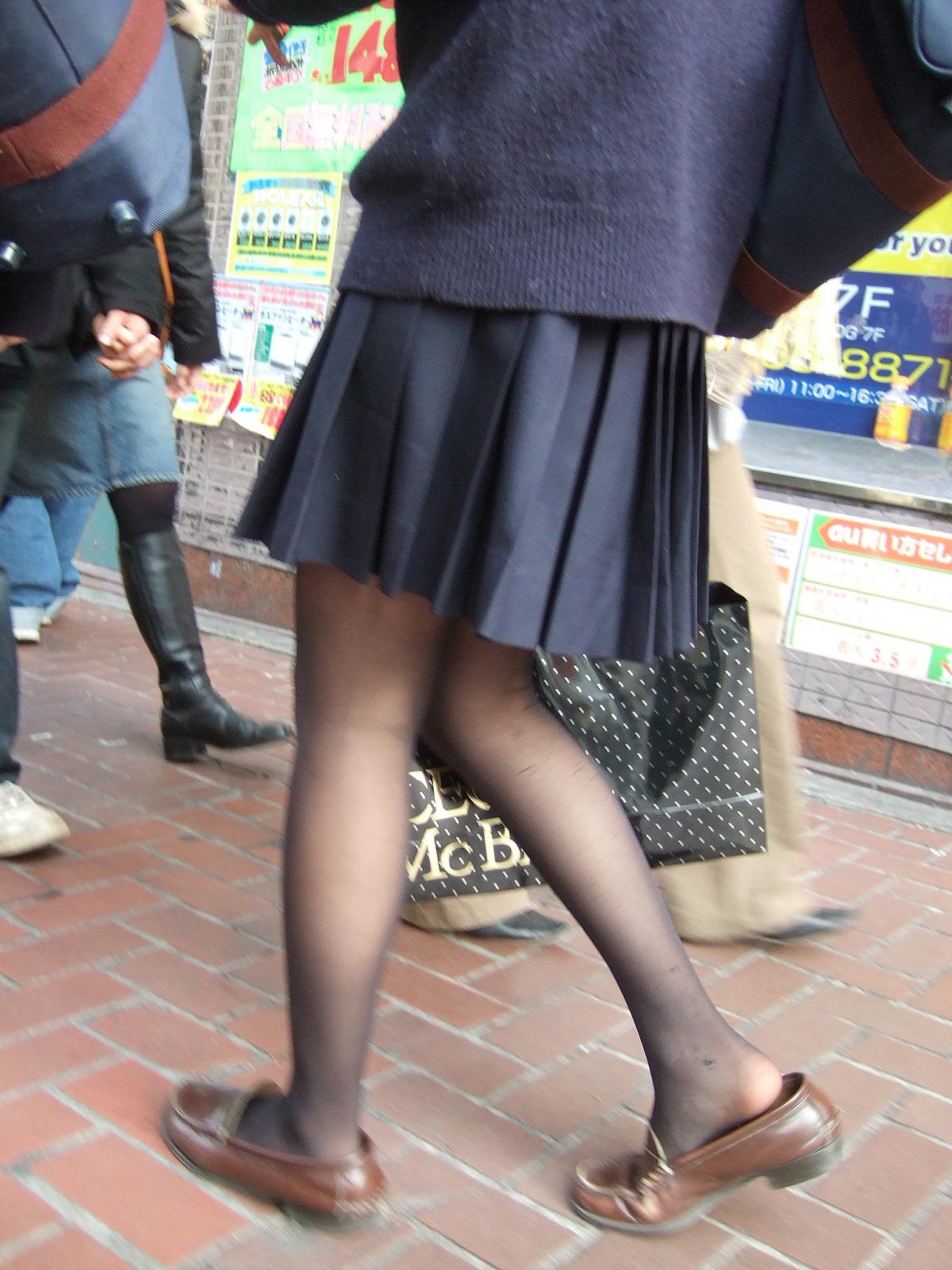 【JK街撮り】生脚透けさせてるのがたまらないwww黒スト着用JK画像 07