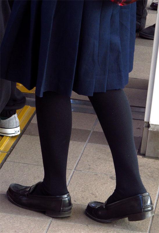【JK街撮り】生脚透けさせてるのがたまらないwww黒スト着用JK画像 10