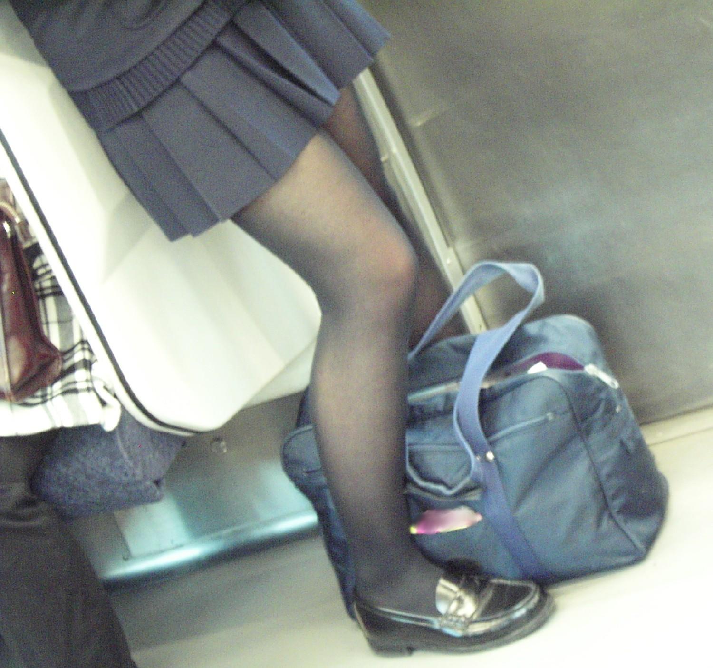 【JK街撮り】生脚透けさせてるのがたまらないwww黒スト着用JK画像 13