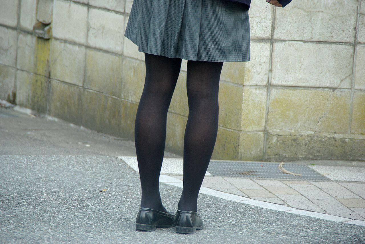 【JK街撮り】生脚透けさせてるのがたまらないwww黒スト着用JK画像 20