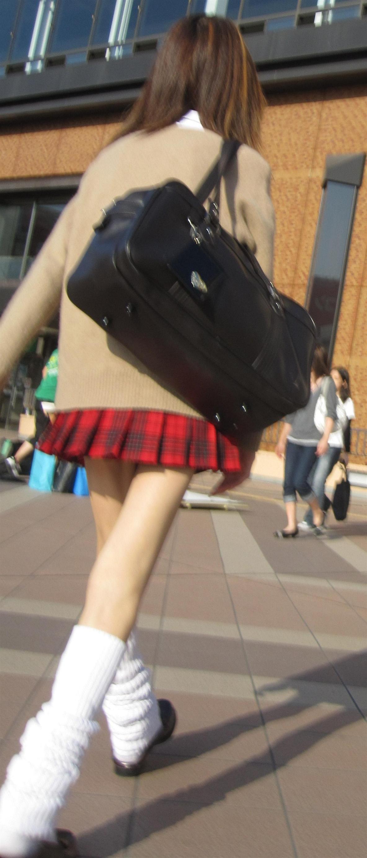 【JK街撮り】ムッチリとはまた違う色香wwwポ○キーみたいな細脚のJKたち 01