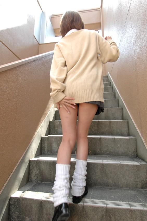 【JK街撮り】ムッチリとはまた違う色香wwwポ○キーみたいな細脚のJKたち 05