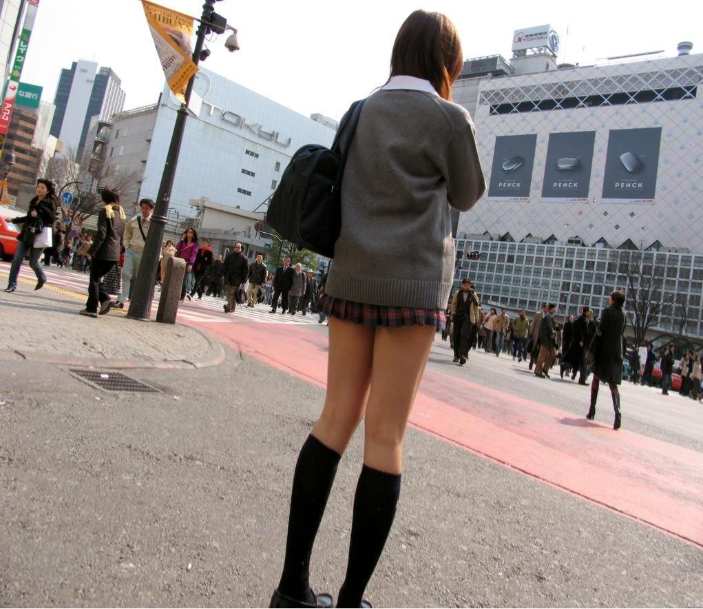 【JK街撮り】ムッチリとはまた違う色香wwwポ○キーみたいな細脚のJKたち 09