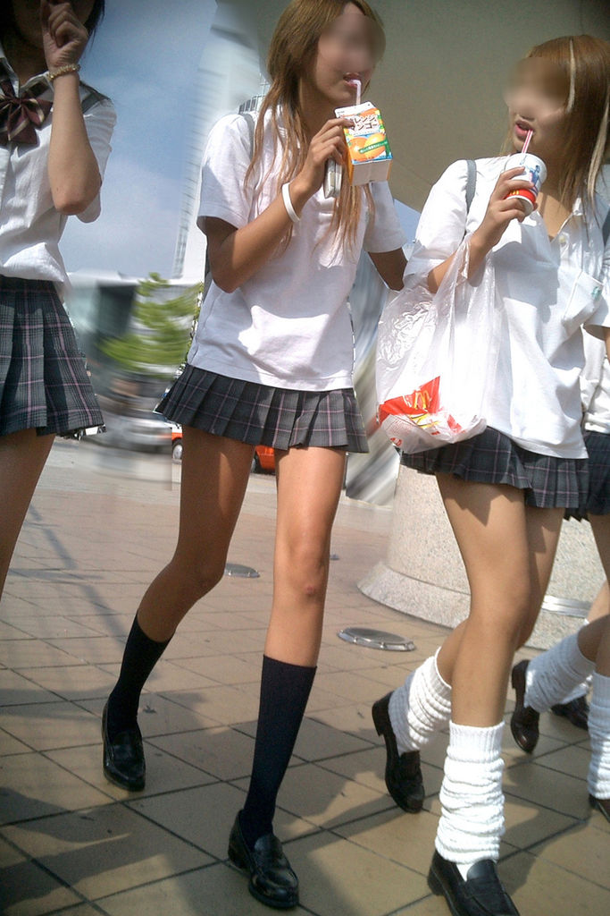 【JK街撮り】ムッチリとはまた違う色香wwwポ○キーみたいな細脚のJKたち 14