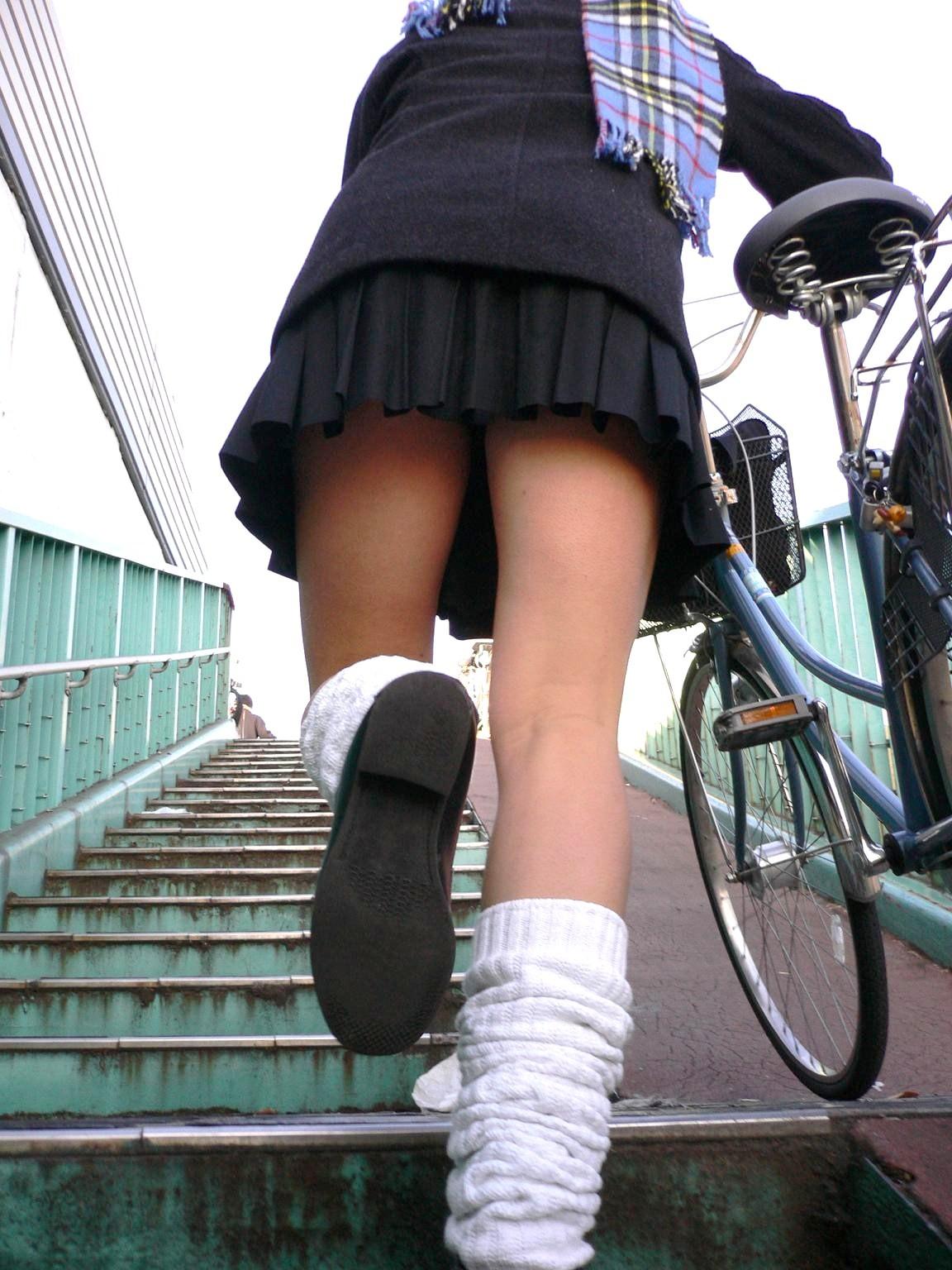 【JKパンチラ画像】下から失礼しますwww階段上のミニスカJK狙い撃ち! 02