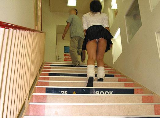 【JKパンチラ画像】下から失礼しますwww階段上のミニスカJK狙い撃ち! 17