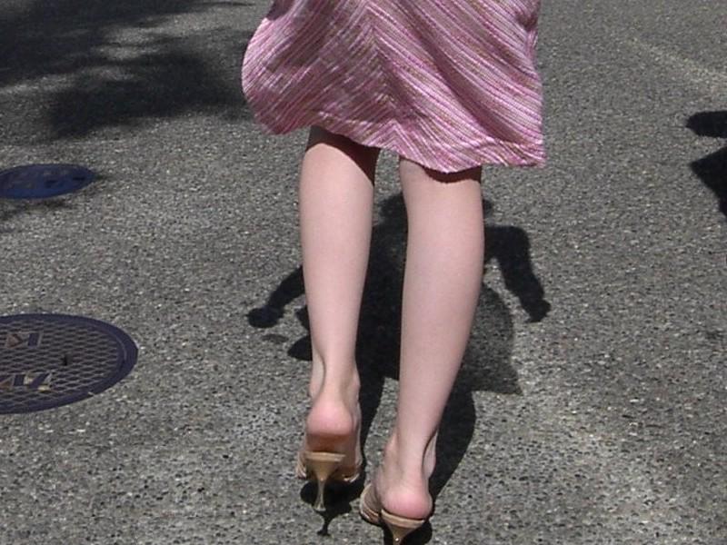 【脚フェチ画像】踵が高いほどそそるwwwピンヒールの生美脚画像 02
