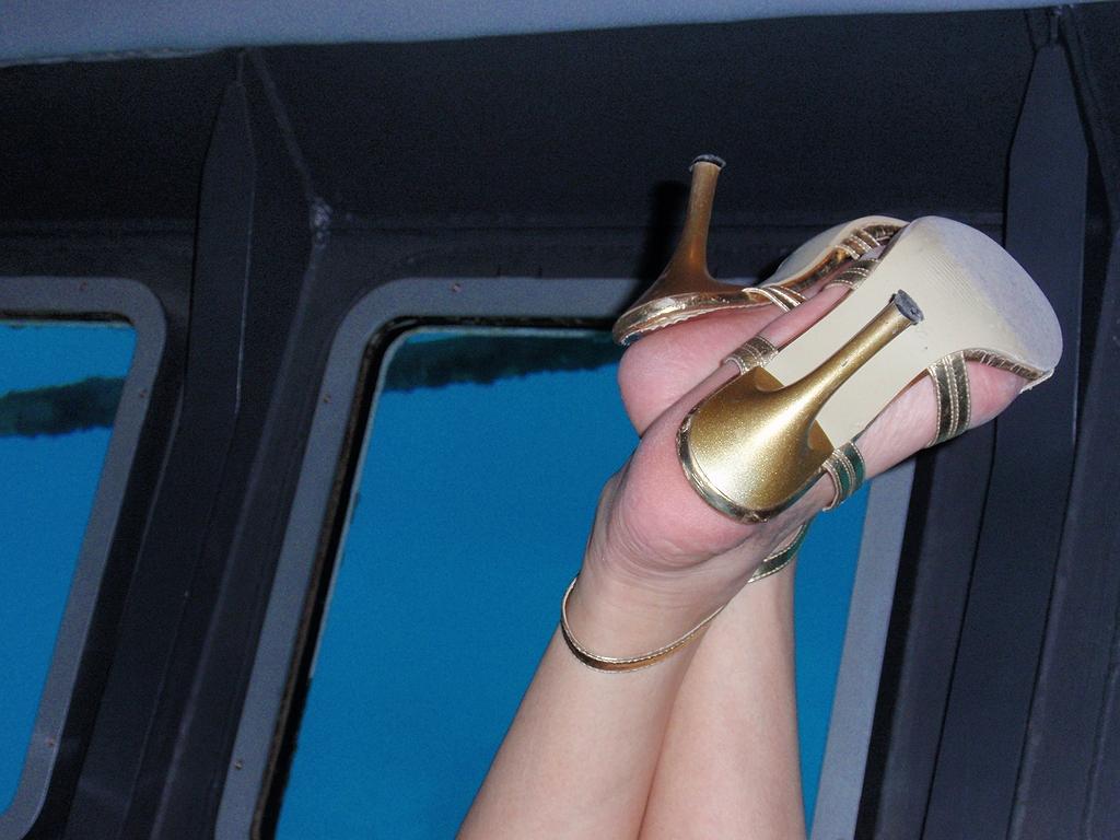【脚フェチ画像】踵が高いほどそそるwwwピンヒールの生美脚画像 11