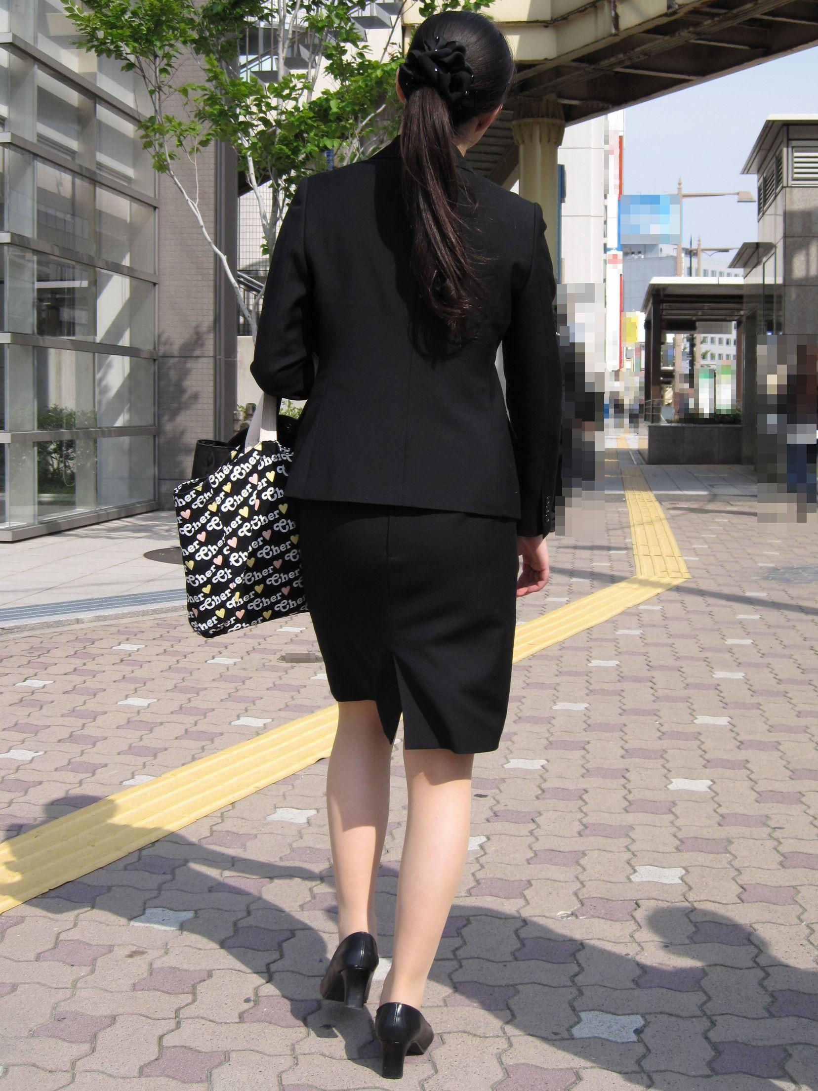 【街撮り画像】就活真っ只中なJDのリクスー尻と美脚を観察www 04