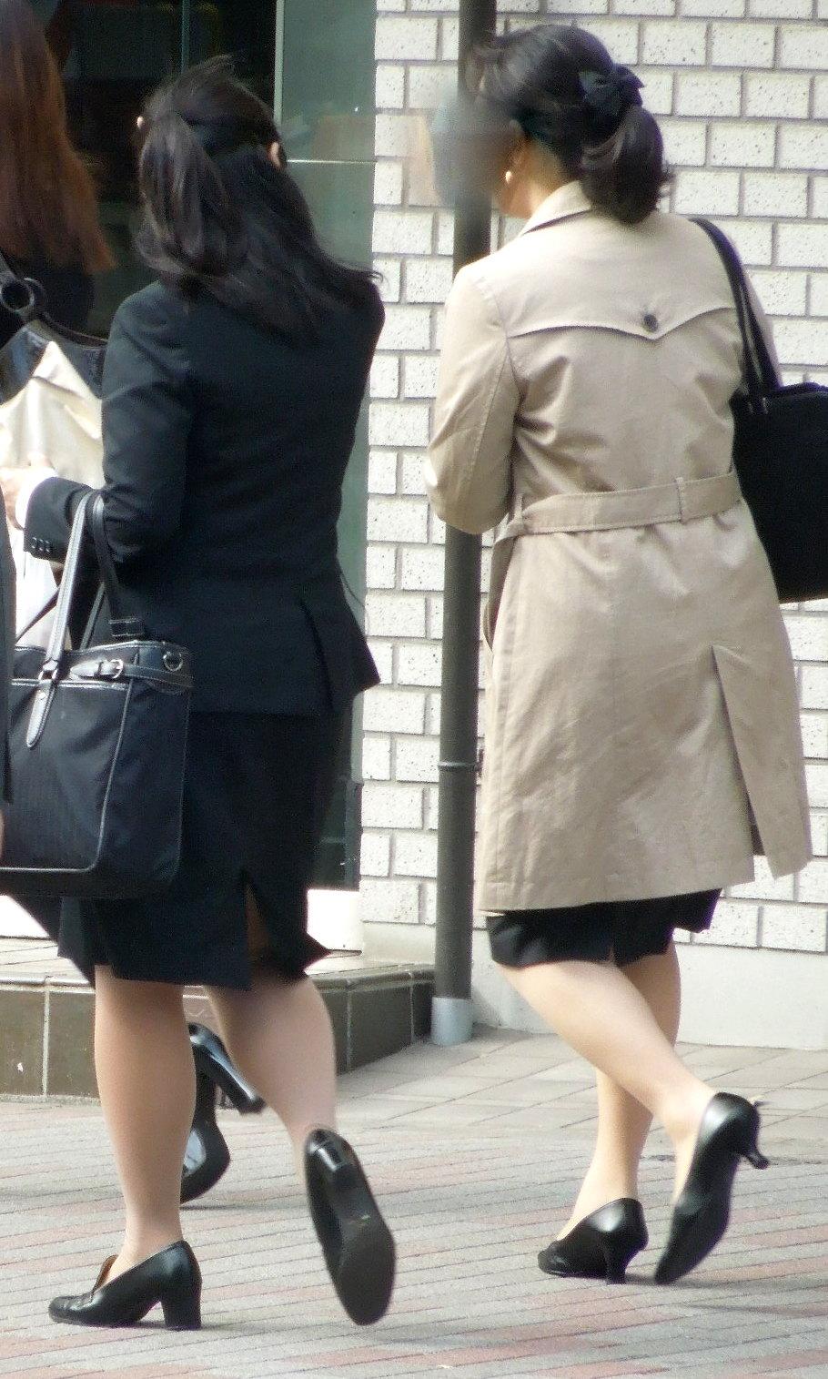 【街撮り画像】就活真っ只中なJDのリクスー尻と美脚を観察www 10