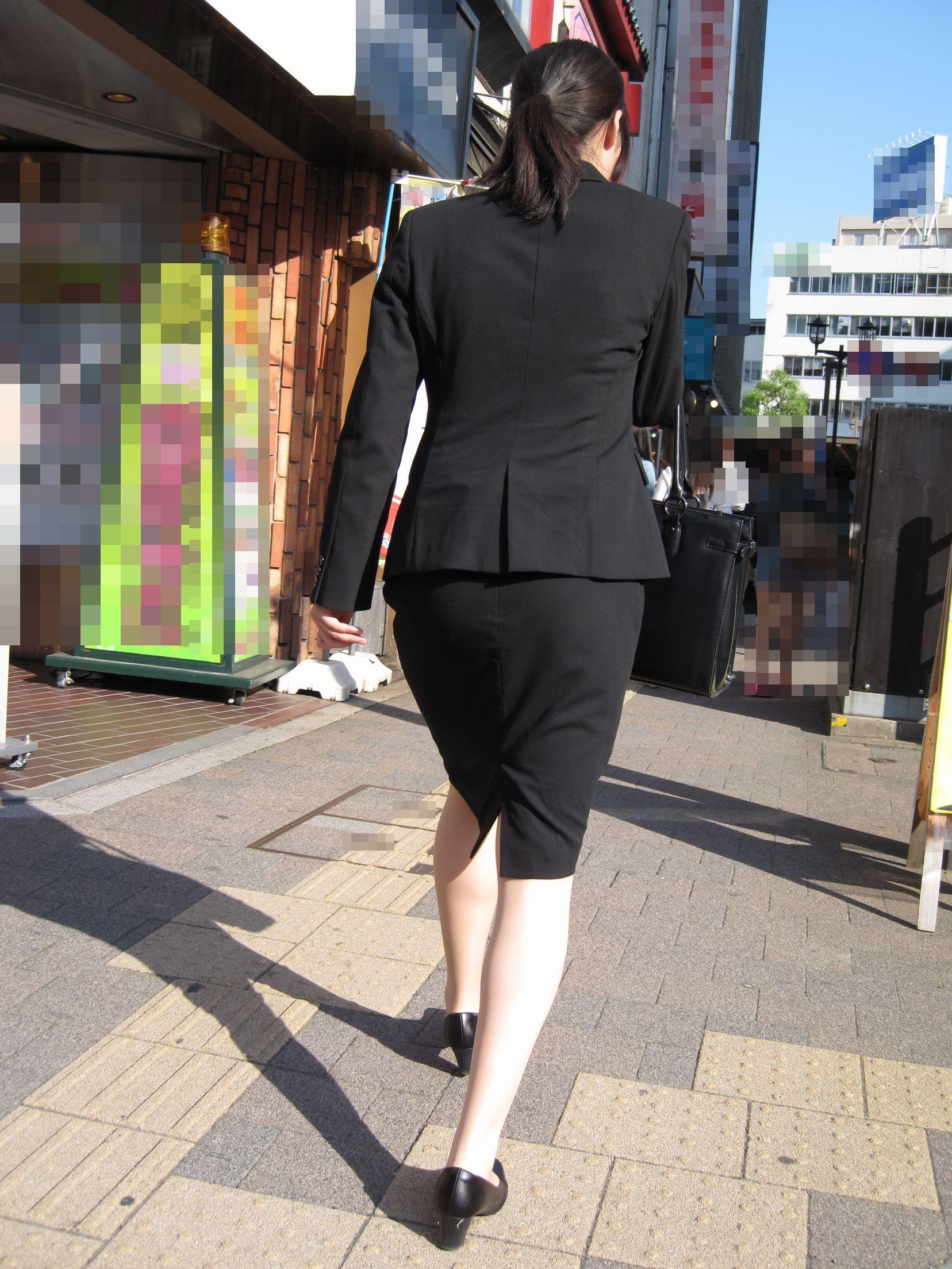 【街撮り画像】就活真っ只中なJDのリクスー尻と美脚を観察www 11