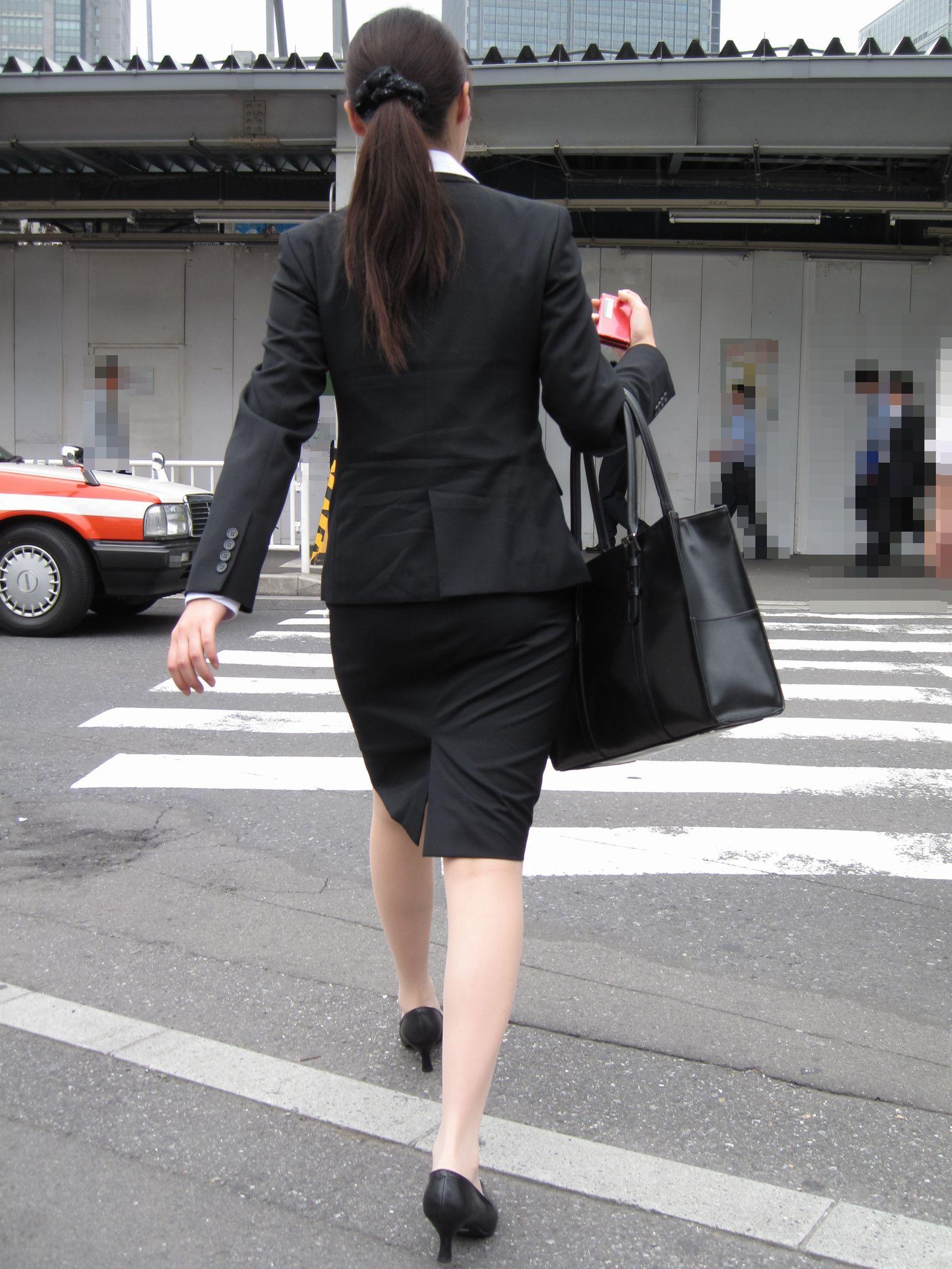 【街撮り画像】就活真っ只中なJDのリクスー尻と美脚を観察www 12