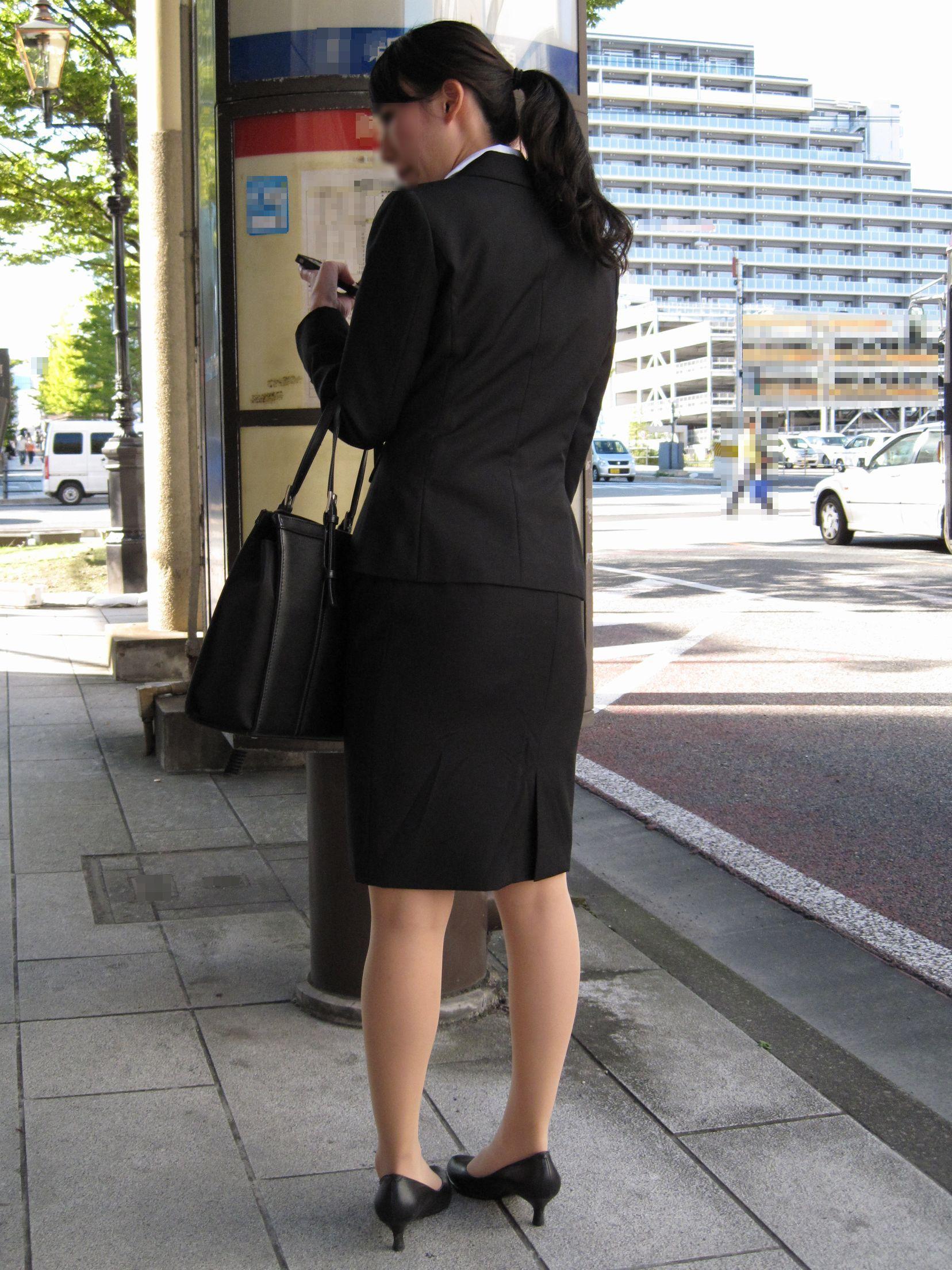 【街撮り画像】就活真っ只中なJDのリクスー尻と美脚を観察www 14