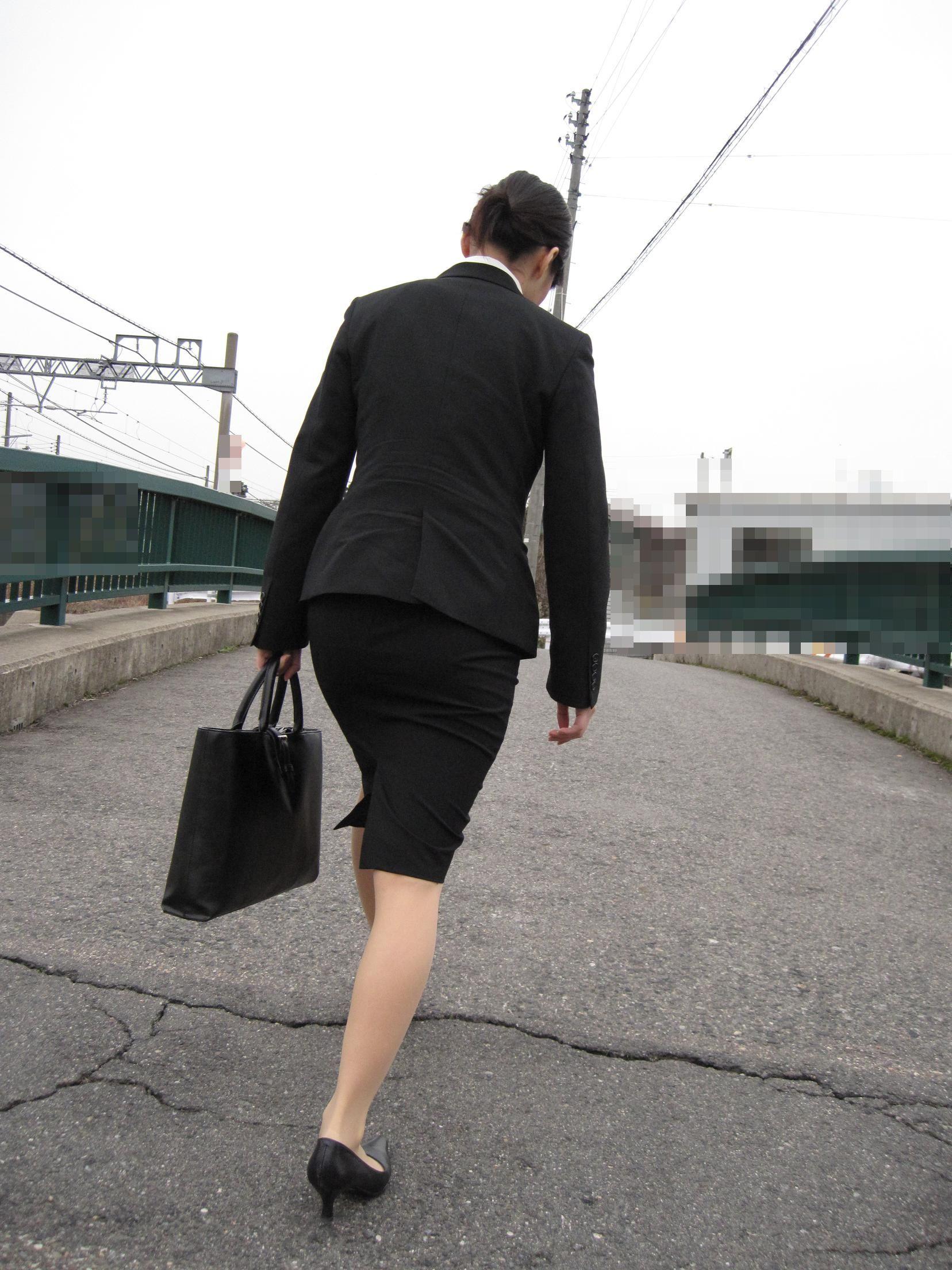 【街撮り画像】就活真っ只中なJDのリクスー尻と美脚を観察www 15