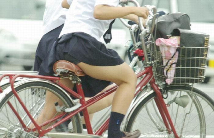 【JKパンチラ画像】風も味方www自転車通学中のJKのスカートめくれと生パンツ