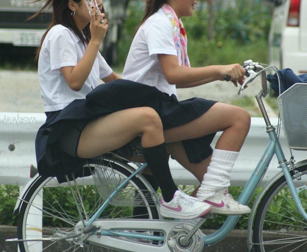 【JKパンチラ画像】風も味方www自転車通学中のJKのスカートめくれと生パンツ 01