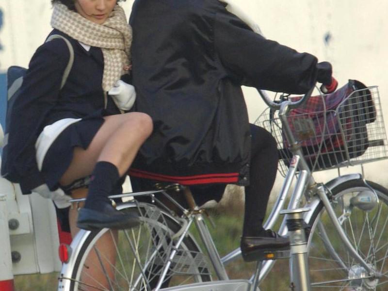 【JKパンチラ画像】風も味方www自転車通学中のJKのスカートめくれと生パンツ 03